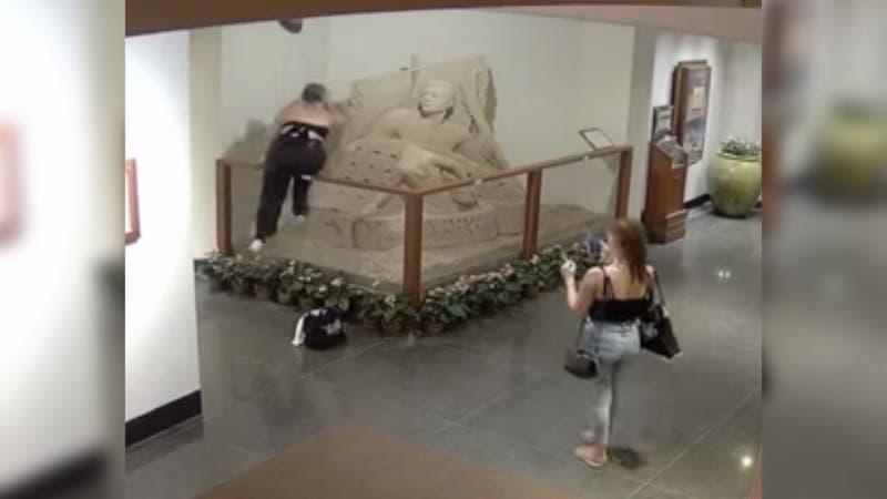 [VIDEO] Joven destruyó parcialmente una importante escultura de arena en Hawaii