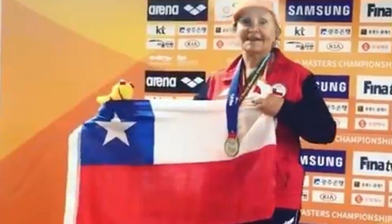 Orgullo nacional: Nadadora chilena de 84 años gana medalla de plata en 400 metros libres