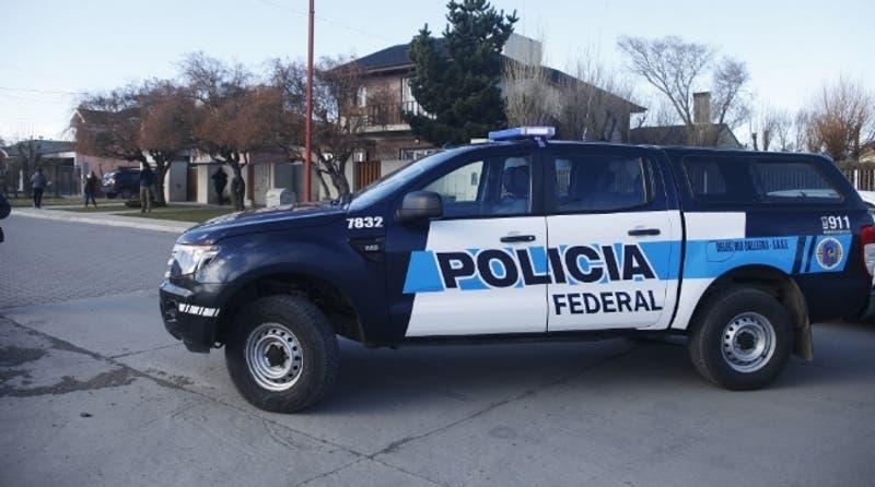 Policía provoca la muerte de un hombre al pegarle una patada y hacerlo caer contra el asfalto