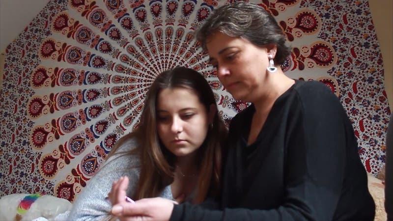 Joven chilena pide ayuda para descifrar enfermedad que le provoca 20 desmayos diarios