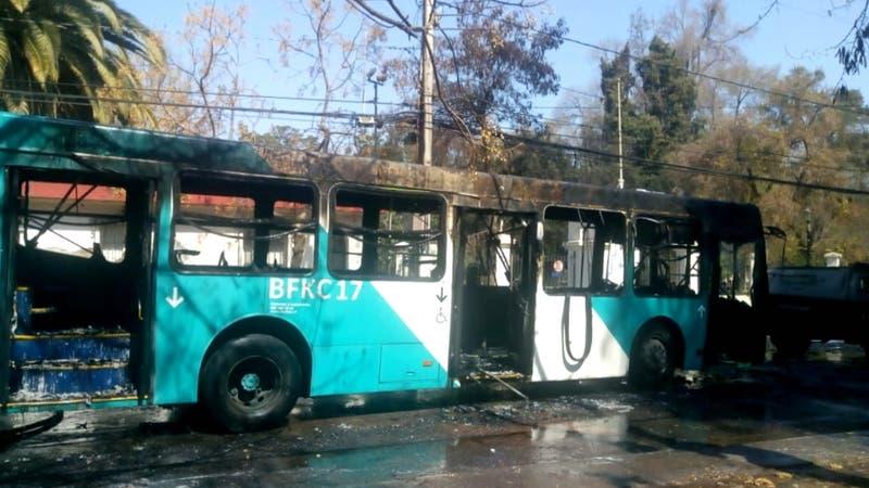 Un bus quemado y estudiantes detenidos dejó una nueva jornada de incidentes en liceos
