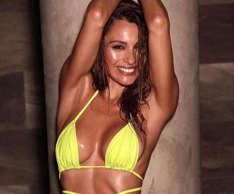 Pampita deleita a fans con bikini eléctrico diseñado por ella