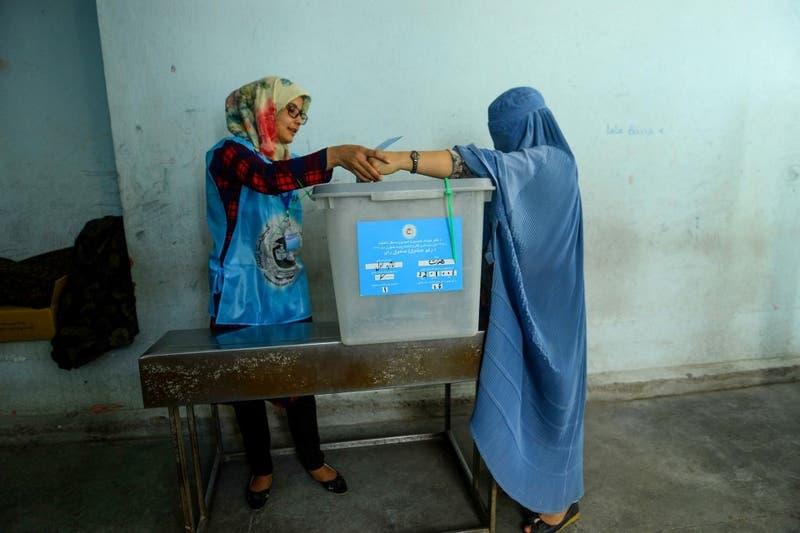 Afganos se atreven a votar pese a las amenazas: Jornada deja al menos cinco muertos y 37 heridos