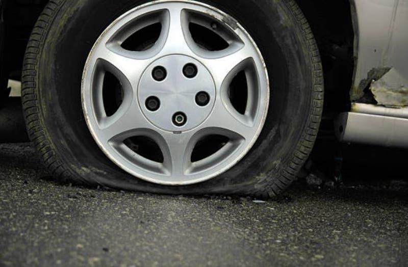 Hombre pincha los neumáticos de 24 vehículos para vengarse por reprobar su licencia de conducir