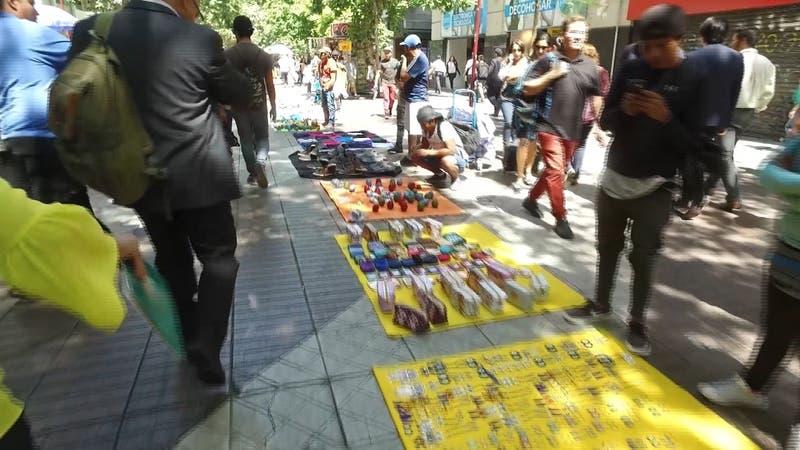 """Inspectores """"incognitos"""" multan a compradores de comercio ambulante en Santiago"""
