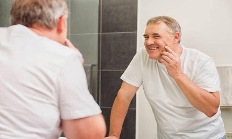 Hombres necesitan cuatro gotas de vitamina C al día en el rostro