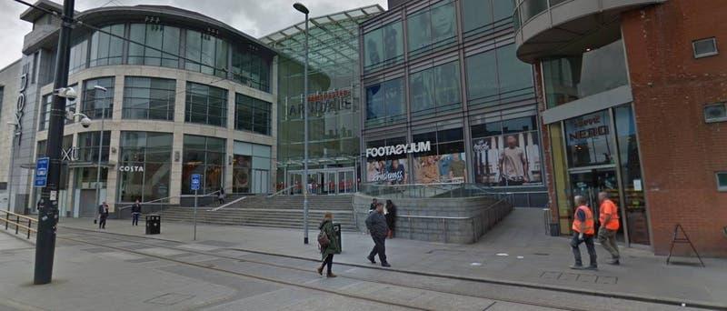Hombre apuñala a varias personas en Manchester