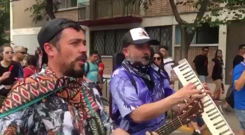 """Músicos de """"31 Minutos"""" se sumaron a las manifestaciones con su arte durante las protestas en Chile"""