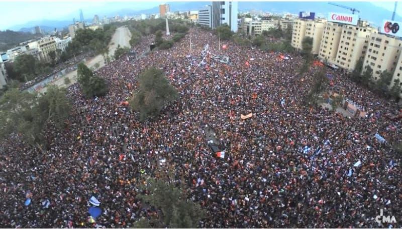 """[EN VIVO] Sigue """"la marcha más grande de Chile"""" desde la Plaza Italia"""