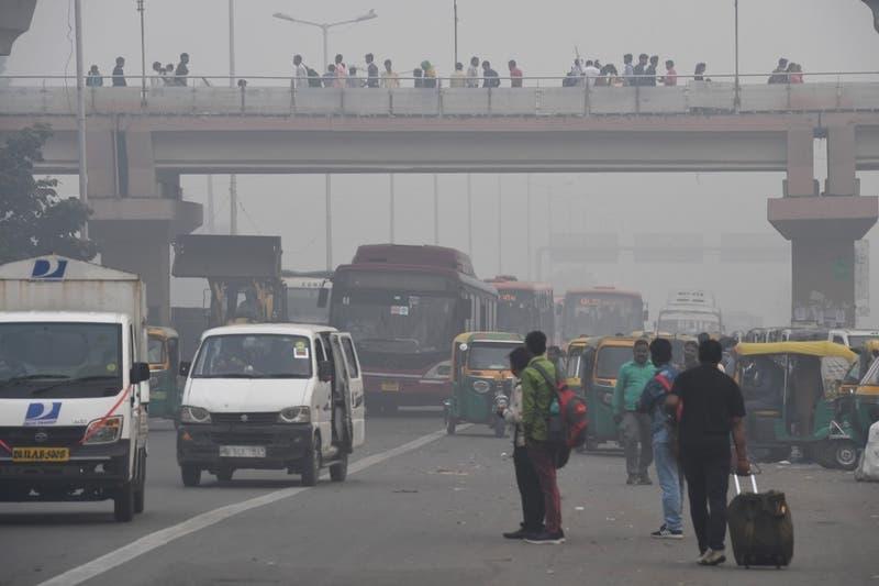 Una neblina contaminante envuelve la ciudad cada invierno, debido a los gases de los vehículos, las emisiones industriales y el humo de la quema agrícola en los estados aledaños.