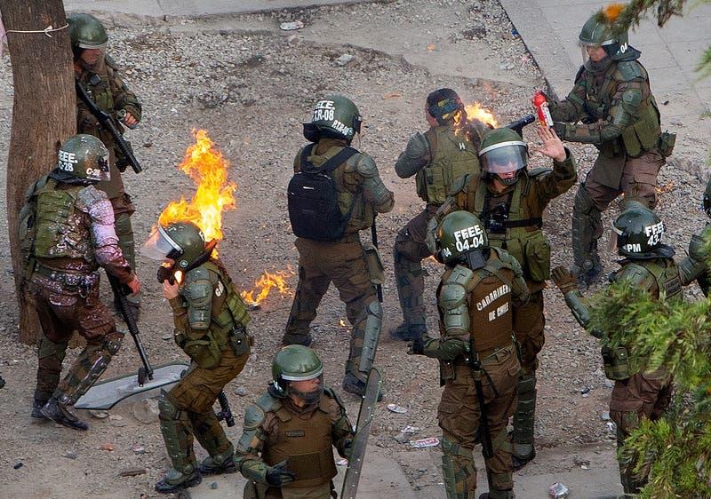 Carabinera atacada con bomba molotov presenta querella por homicidio frustrado