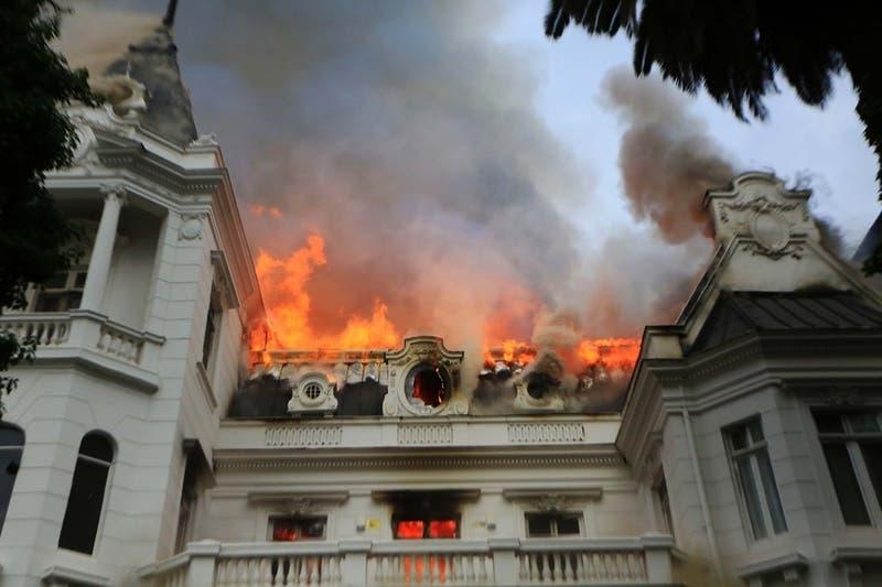 Detienen a 4 personas acusadas de participar en incendio que afectó a Universidad Pedro de Valdivia