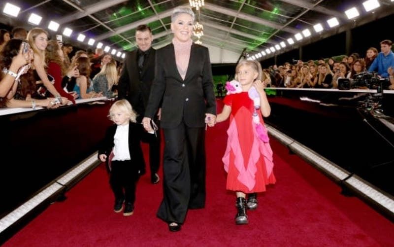 Hija de Pink se lució en los People's Choice Awards: Imitó vestido de Björk de hace 19 años