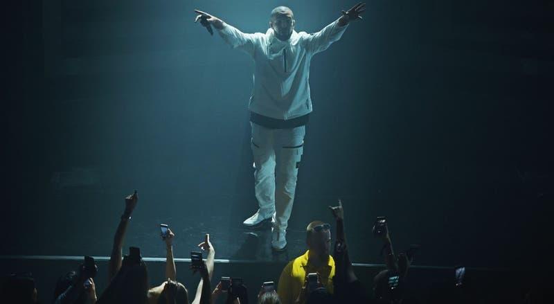 Abuchean y bajan del escenario a Drake de festival de rap