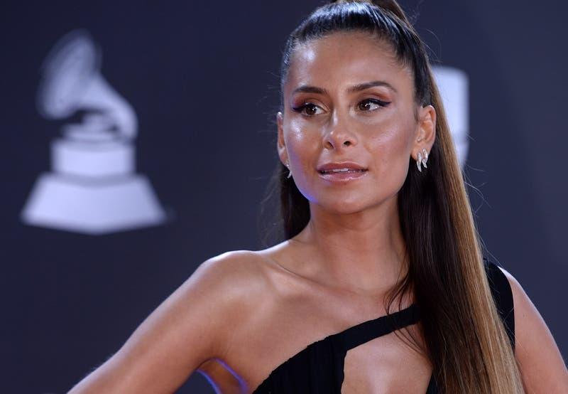 Elegante y mostrando harta piel: Así lució Cami Gallardo en la alfombra roja de los Grammy Latinos