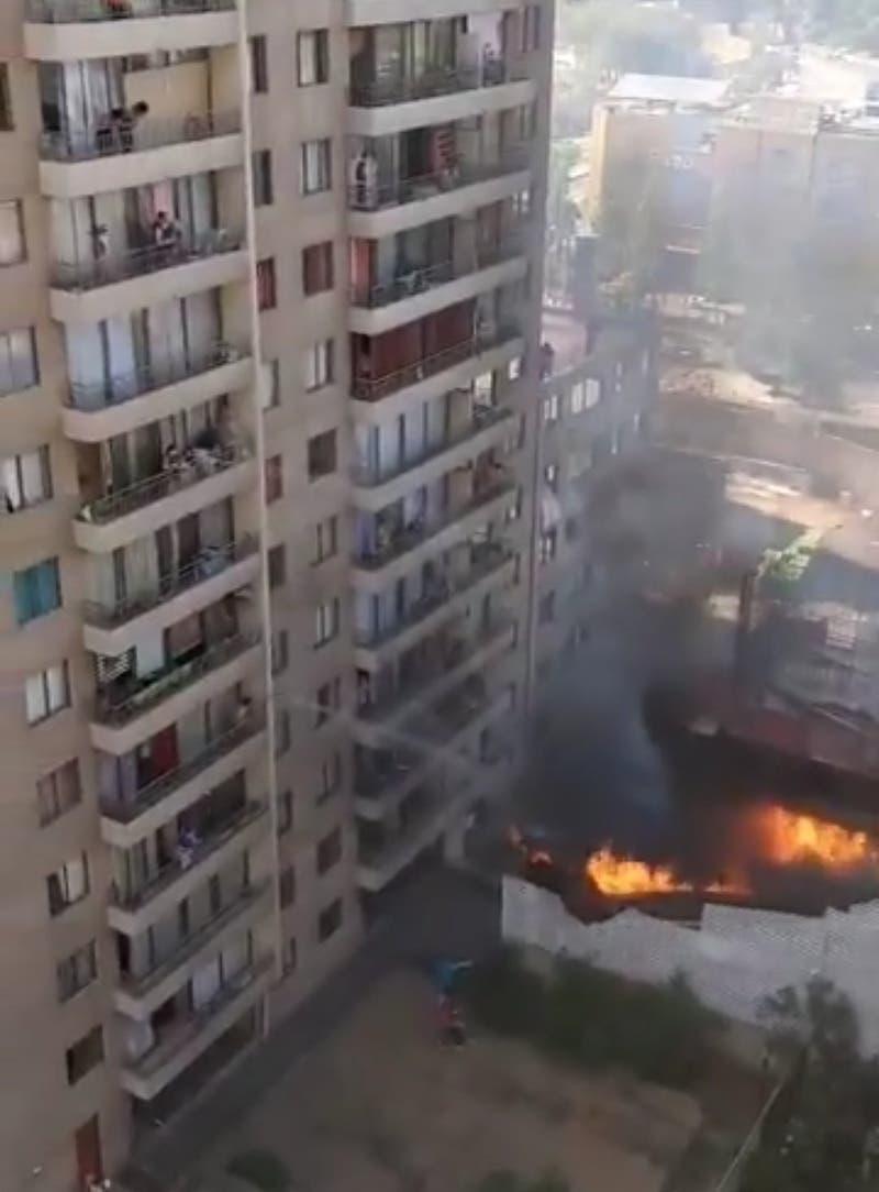 Incendio afecta a edificio en construcción en Ñuñoa