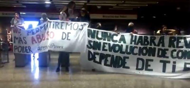 Estudiantes vuelven a realizar evasión masiva en Metro de Santiago