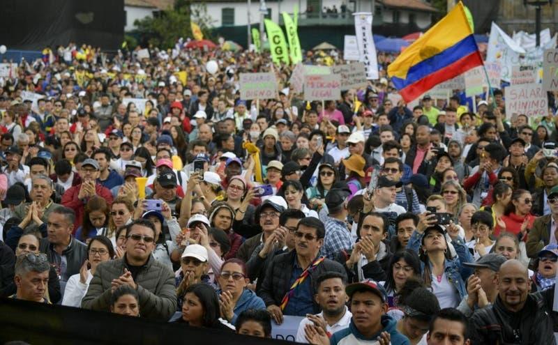 """""""El baile de los que sobran"""" suena fuerte en las manifestaciones del paro nacional en Colombia"""
