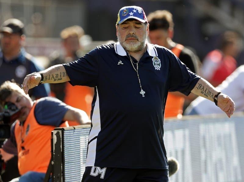 """Maradona, enojado con el árbitro tras un grueso error: """"Ve menos que Andrea Bocelli"""""""