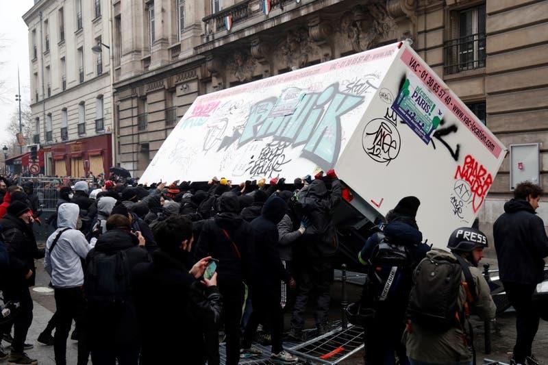 Decenas de detenidos en Francia en medio de protestas contra la reforma de pensiones