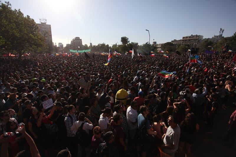Miles de personas se reúnen en Plaza Baquedano