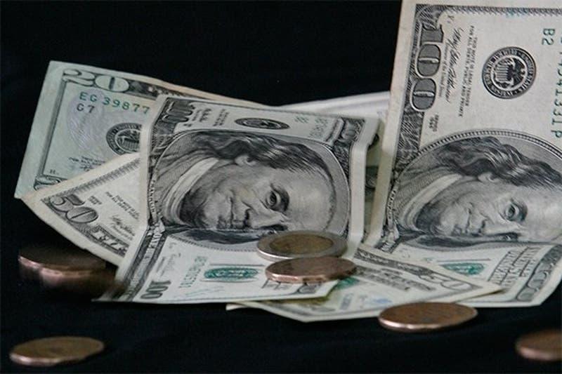 Dólar baja y sigue bajando... ya está a un paso de los $ 750