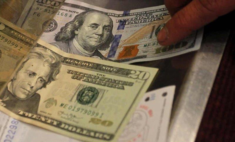 Dólar abre a la baja pero se resiste a caer de los $ 750