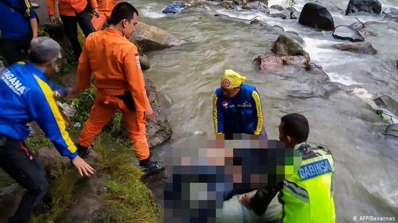 Indonesia: al menos 25 muertos al caer un autobús por un barranco