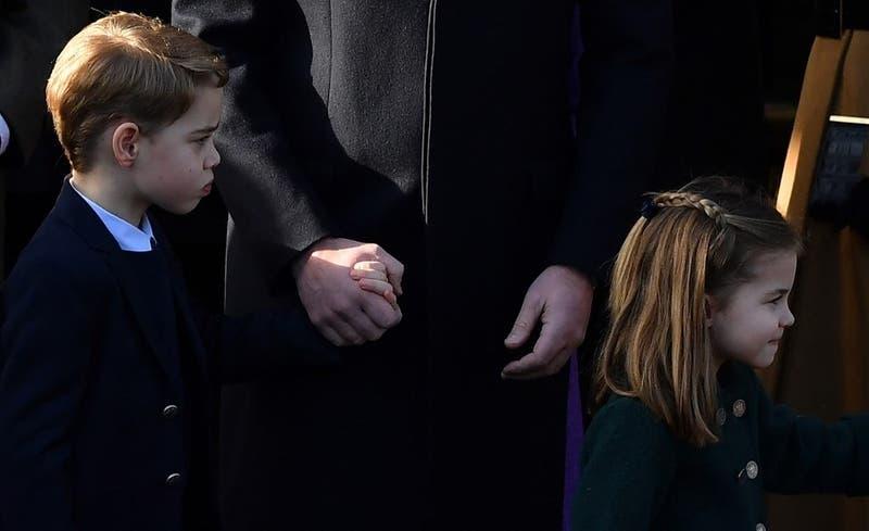 [FOTOS] Así fue el debut de los príncipes George y Charlotte en el desfile navideño