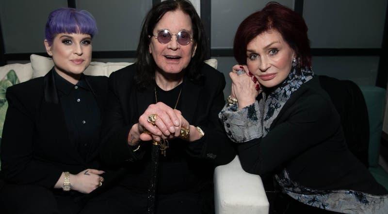Ozzy Osbourne no está en su lecho de muerte, dice su hija Kelly
