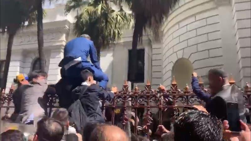 [VIDEO] Así fue el frenético intento de Juan Guaidó por ingresar al parlamento venezolano