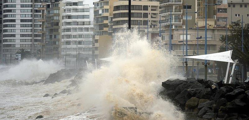 Armada emite alerta por marejadas con olas de hasta cuatro metros desde Arica al Golfo de Penas