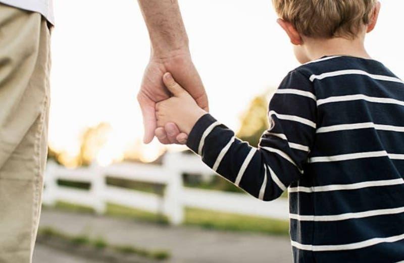[VIDEO] La estremecedora ovación con que se recibió a niño de seis años que venció el cáncer