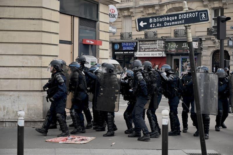 """Presidente de Francia califica de """"comportamiento inaceptable"""" actuación policial en manifestaciones"""