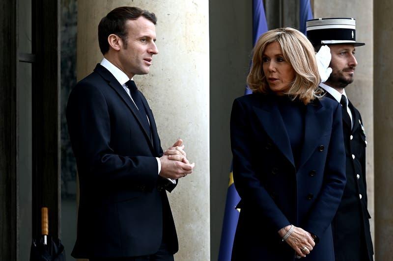 Emmanuel Macron y su esposa fueron evacuados de teatro parisino por intento de funa de manifestantes