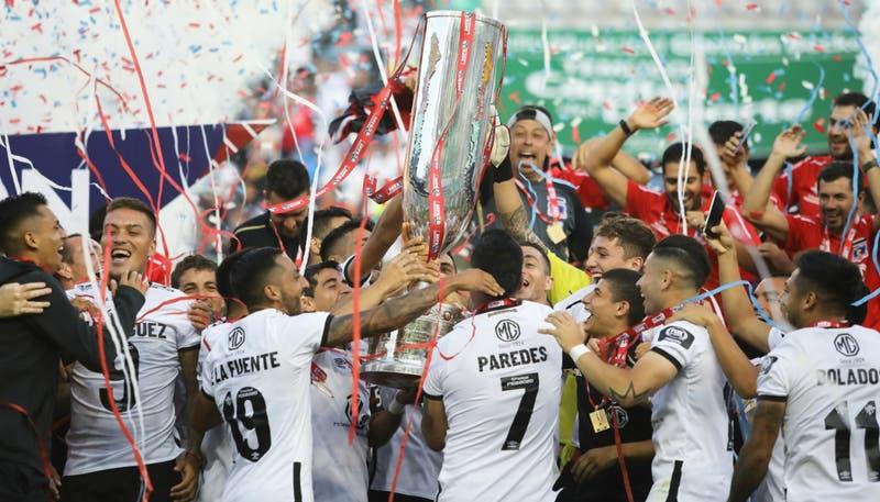 El momento en que Colo Colo recibe el trofeo de la Copa Chile tras coronarse campeón ante la U
