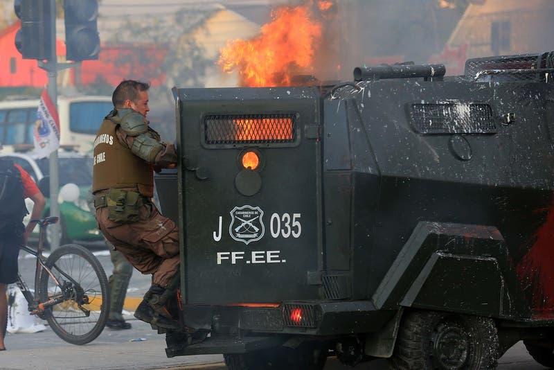 Carabinero resulta con 10% de su cuerpo quemado tras impacto de bomba molotov