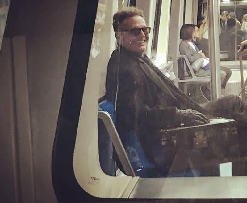 Luis Miguel y su novia captados en el Metro de Madrid