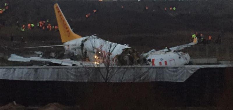 Avión se sale de pista en Estambul al aterrizar y se parte en dos