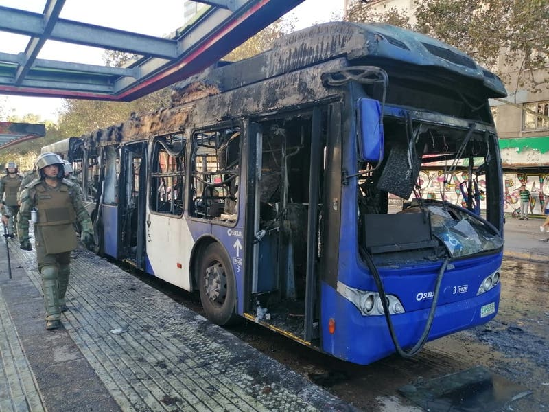 Queman bus de Transantiago en cercanías de Plaza Italia
