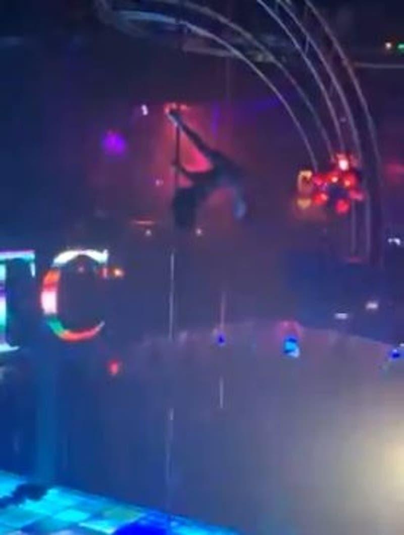 Stripper que cayó de cinco metros de altura mientras bailaba en barra de pole continuó su show