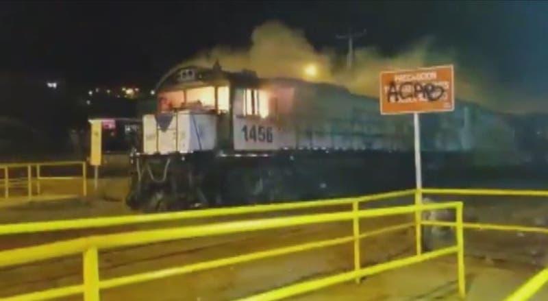 Antofagasta: Incendian locomotora y avanza cerca de dos kilómetros sin control