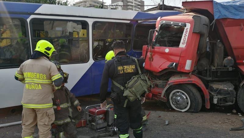 Dos muertos tras colisión entre bus y camión en La Florida