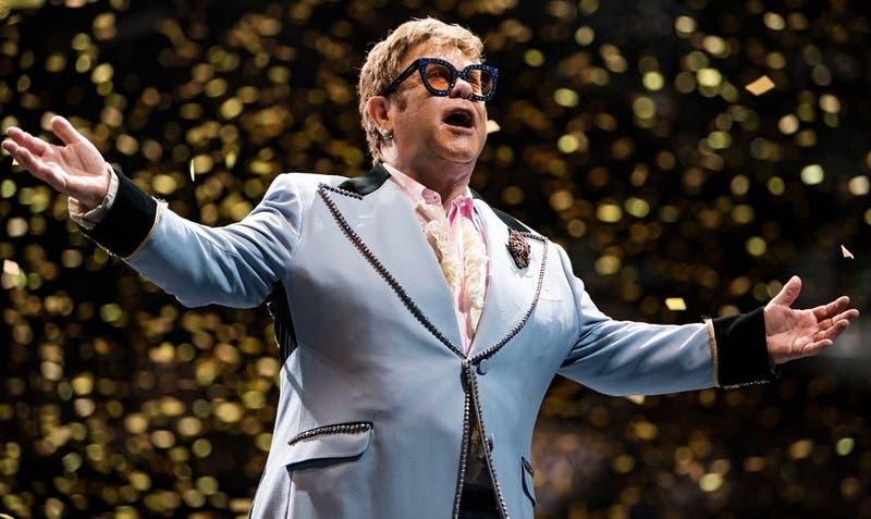 """[VIDEO] """"Lo siento"""": Elton John se queda sin voz a mitad de un concierto y deja el escenario"""