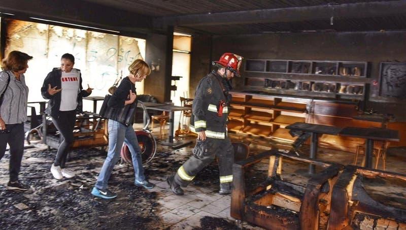 Incendio consume parte de Café Literario de Parque Bustamante