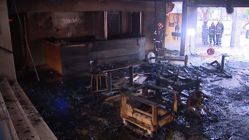 Así quedó el Café Literario de Parque Bustamante luego de consumido por incendio