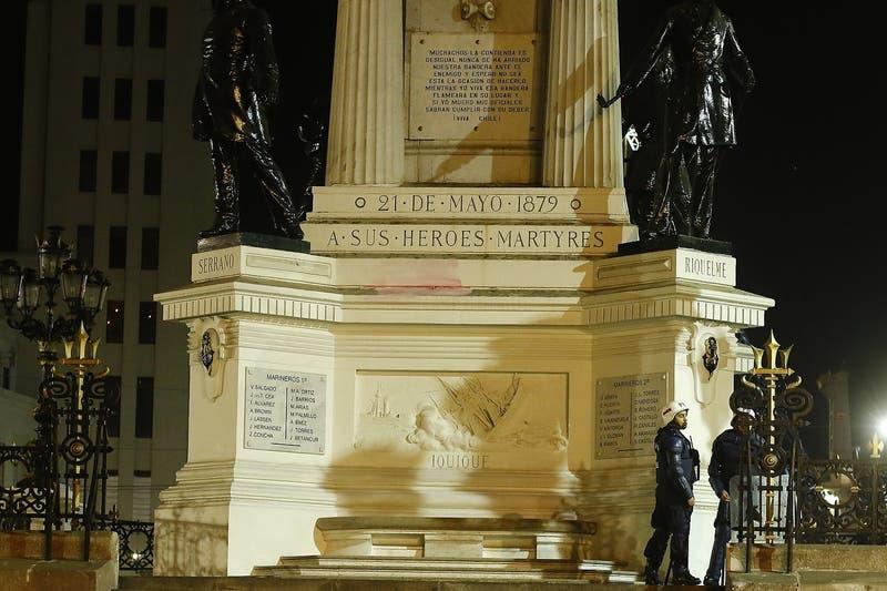 "Ministerio de Defensa ""condena enérgicamente"" ataque a la cripta de Arturo Prat en Valparaíso"