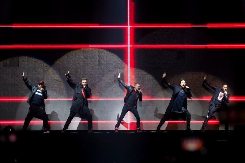 Lo retro es una marca: Backstreet Boys reina la noche santiaguina con su guión más clásico
