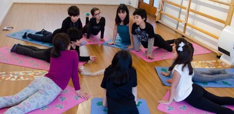 """""""EduOm"""": Capacitaciones online para realizar yoga en familia desde la casa"""