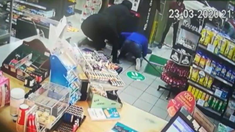 Hombres explotaron cajeros con trabajadoras en el lugar